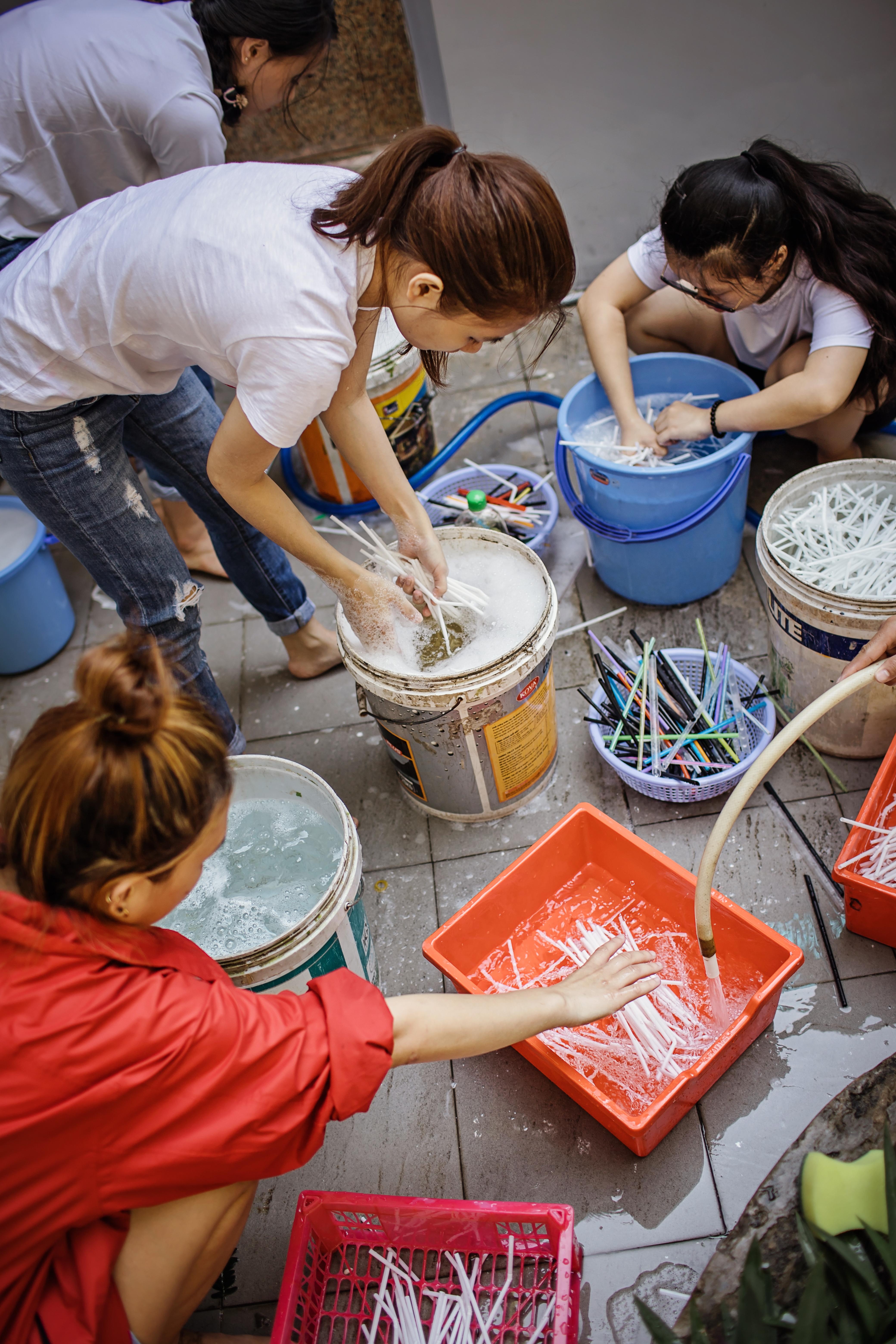 washing-plastic-straws-2-von-wong-zero-waste-saigon-strawpocalypse